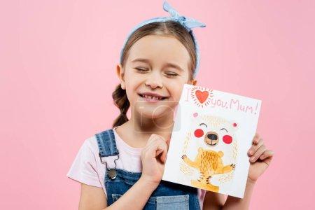 Photo pour Heureux enfant tenant carte de vœux avec je t'aime maman lettrage isolé sur rose - image libre de droit