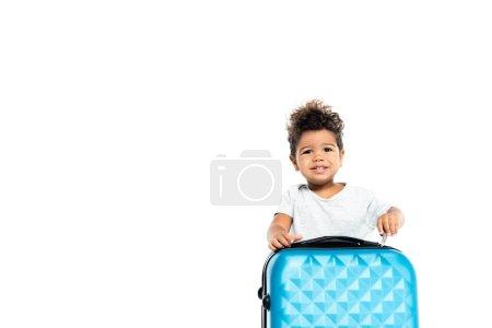 Photo pour Gai afro-américain enfant ouverture valise isolé sur blanc - image libre de droit