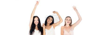 excité interracial femmes en robes debout avec les mains levées isolé sur blanc, bannière