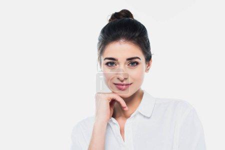 Brünette Frau im weißen Hemd lächelt in die Kamera
