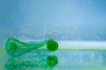 zerknüllte Plastikflasche im Wasser, ökologisches Konzept