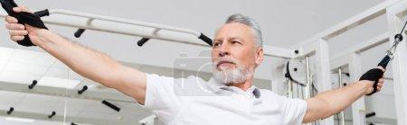 homme d'âge moyen faisant de l'exercice à l'hôpital gymnase pendant la réadaptation, bannière