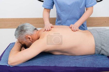 homme mature obtenir massothérapie dans le centre de réadaptation