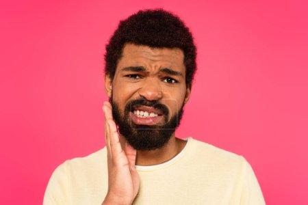 Photo pour Afro-américain souffrant de maux de dents isolés sur rose - image libre de droit