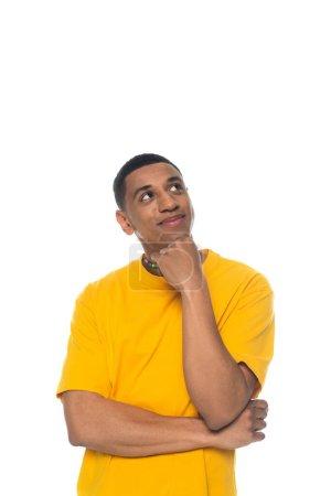 Photo pour Homme afro-américain rêveur et souriant portant des perles de couleurs arc-en-ciel isolé sur blanc, concept lgbt - image libre de droit