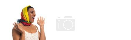 étonné homme transsexuel afro-américain en robe et lgbt couleurs tête mouchoir isolé sur blanc, bannière