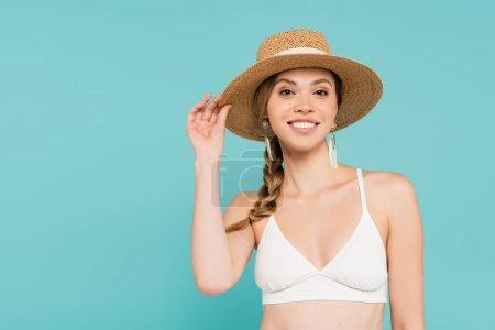 Photo pour Femme souriante en chapeau de soleil et haut isolé sur bleu - image libre de droit