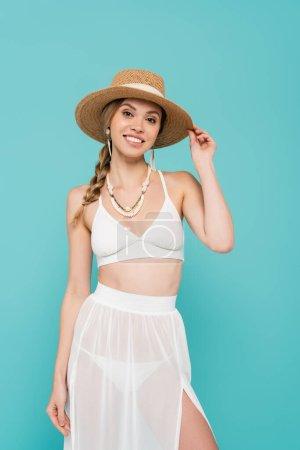 Photo pour Jeune femme en maillot de bain et chapeau de soleil isolé sur bleu - image libre de droit