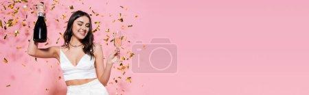 Femme élégante avec champagne près de confettis festifs sur fond rose, bannière
