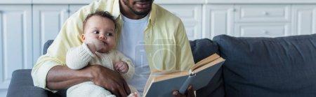 Photo pour Afro-américain homme lecture livre pour bébé fille, bannière - image libre de droit