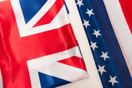 vista superior de banderas británicas y americanas nacionales aisladas en blanco