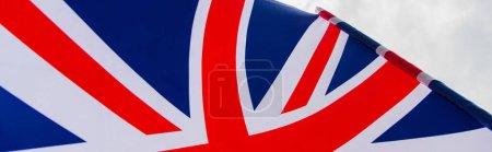 primer plano de la bandera nacional del reino unido con la cruz roja contra el cielo, bandera