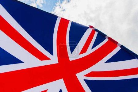 primer plano de la bandera nacional del reino unido con la cruz roja contra el cielo