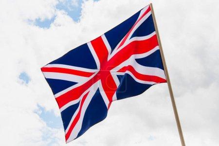 bandera nacional del reino unido con cruz roja contra el cielo