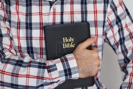 Photo pour Négligemment habillée Christian Guy, tenant une Bible sacrée - image libre de droit