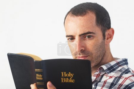 Photo pour Christian Guy lecture Sainte Bible - image libre de droit