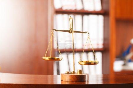 Photo pour Échelles décoratives de justice, concept de droit et de justice . - image libre de droit