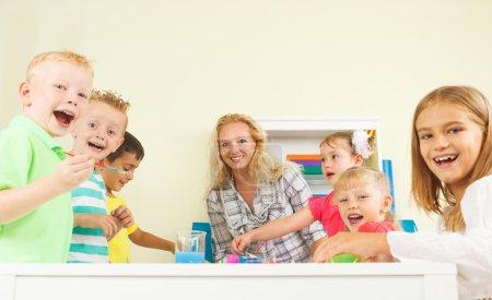 Foto de Niños en edad preescolares en el aula con su profesor - Imagen libre de derechos