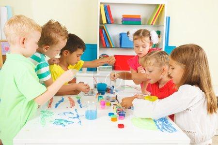 Photo pour Enfants d'âge préscolaire en classe - image libre de droit