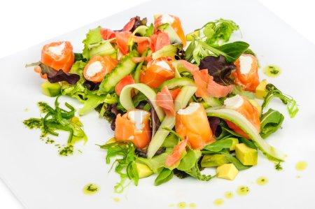 Lachssalat mit Gemüse und Gemüse