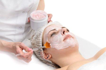 Photo pour Salon de beauté, masque de peeling facial avec rétinol et acides de fruits - image libre de droit