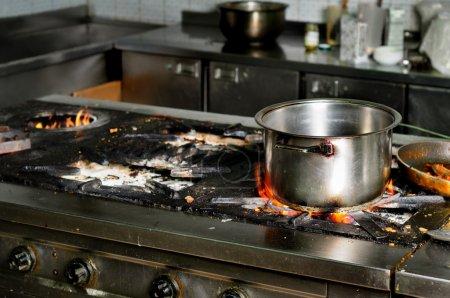 Photo pour Vrai grungy et sale restaurant cuisine industrielle - image libre de droit