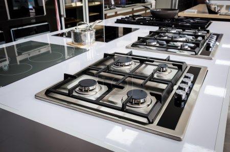 Photo pour Stockent les lignes des cuisinières à gaz avec bac inox, vente au détail de l'appareil - image libre de droit