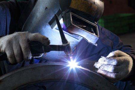 Photo pour Pièce de métal dans l'usine de soudure. - image libre de droit