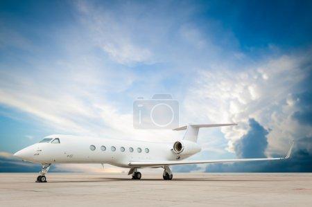 Photo pour Avion à réaction garée avec beau nuage - image libre de droit