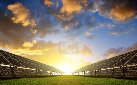Foto de Paneles de energía solar contra el cielo atardecer. Energía limpia - Imagen libre de derechos