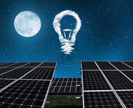 Foto de Paneles solares con focos de nubes en la noche. El concepto de sostenible de los recursos. - Imagen libre de derechos