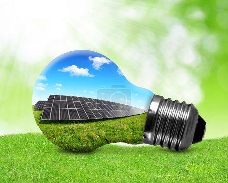 Foto de Paneles solares en bombilla. Concepto de energía verde . - Imagen libre de derechos