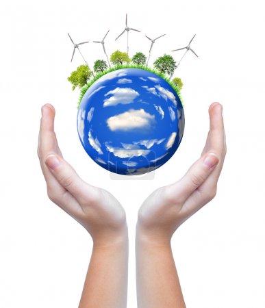 Photo pour Planète avec des éoliennes dans les mains - image libre de droit