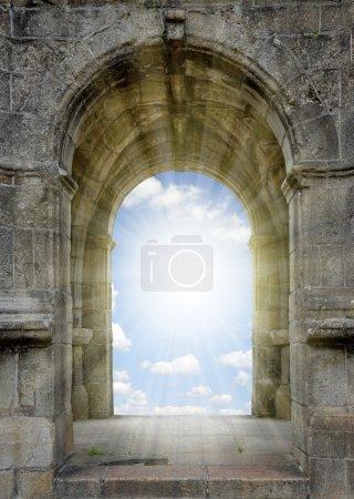 Foto de Puerta al cielo con cielo soleado - Imagen libre de derechos