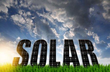 Foto de La palabra Solar de paneles de energía solar contra el cielo del atardecer - Imagen libre de derechos