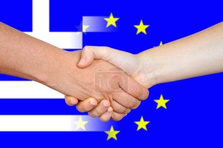 Photo pour Drapeaux de l'Union européenne et la Grèce avec une poignée de main. Concept d'affaires. - image libre de droit