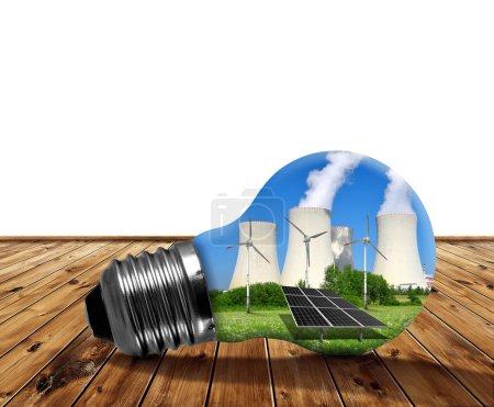 Foto de Central nuclear con panel solar y turbinas eólicas en bombilla. Concepto energético . - Imagen libre de derechos