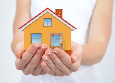 Photo pour La petite maison dans les mains - image libre de droit