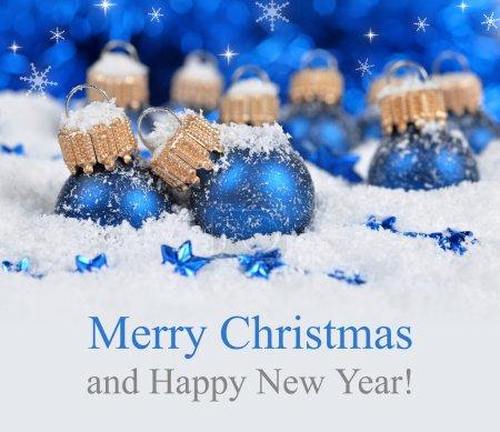 Foto de Decoraciones de la Navidad en fondo de luces defocused. Feliz Navidad tarjeta. - Imagen libre de derechos