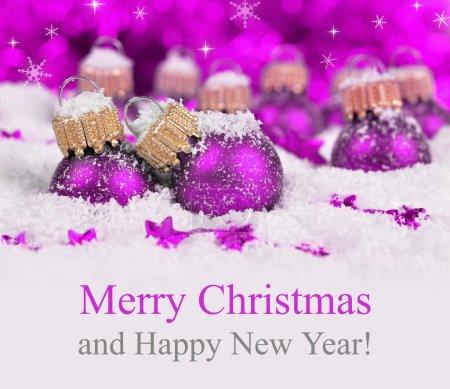 Foto de Decoraciones de la Navidad en fondo de luces defocused. Feliz Navidad tarjeta - Imagen libre de derechos