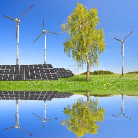 Foto de Paneles de energía solar y turbinas eólicas en el prado. Concepto de energía limpia . - Imagen libre de derechos