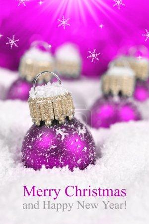 Foto de Decoraciones de la Navidad en la nieve en el fondo de luces defocused. Feliz Navidad tarjeta - Imagen libre de derechos