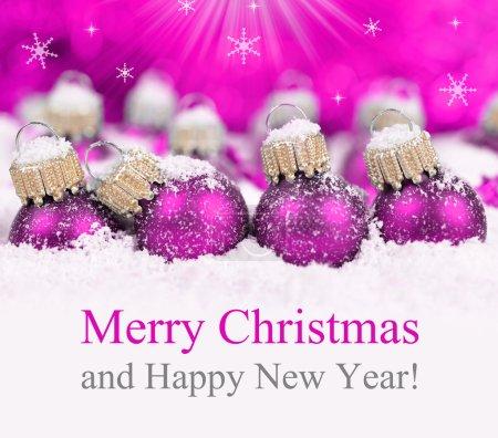 Foto de Decoraciones de la Navidad en la nieve en el fondo de luces defocused. Feliz Navidad tarjeta. - Imagen libre de derechos