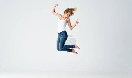 Photo pour Femme a sauté sur un fond clair en pleine croissance sport fitness. Photo de haute qualité - image libre de droit