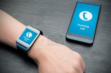 Photo pour Notification d'appel entrant sur smart montre connecté au téléphone intelligent - image libre de droit