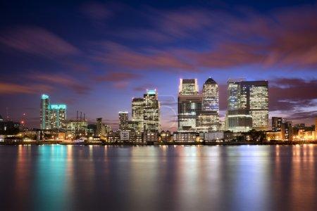 Photo pour Coucher de soleil coloré sur Canary Wharf, London skyline - image libre de droit