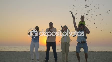 Családi ünnepség konfetti a strandon