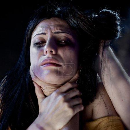 Photo pour Une femme frappée et violée. Femme étranglée pendant la violence - image libre de droit