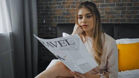 Photo pour Blonde femme lecture Voyage journal dans chambre d'hôtel - image libre de droit