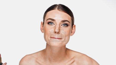 Photo pour Jeune femme aux épaules nues et maquillage grimacant isolé sur blanc - image libre de droit
